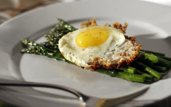 Asparagus with bread crumb-fried eggs