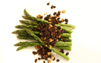 Asparagus with hazelnuts and seasoned currants