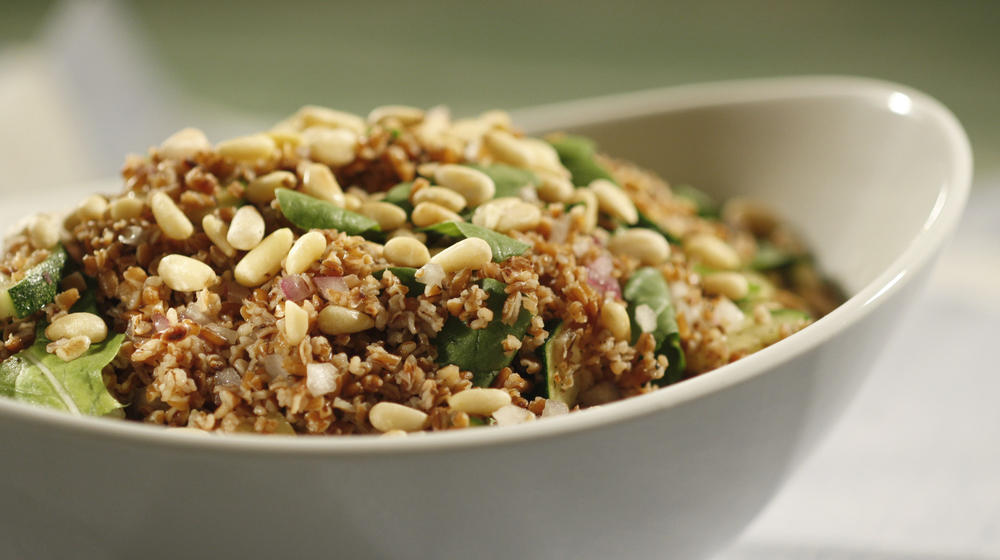 Bulgur salad with arugula, zucchini and pine nuts