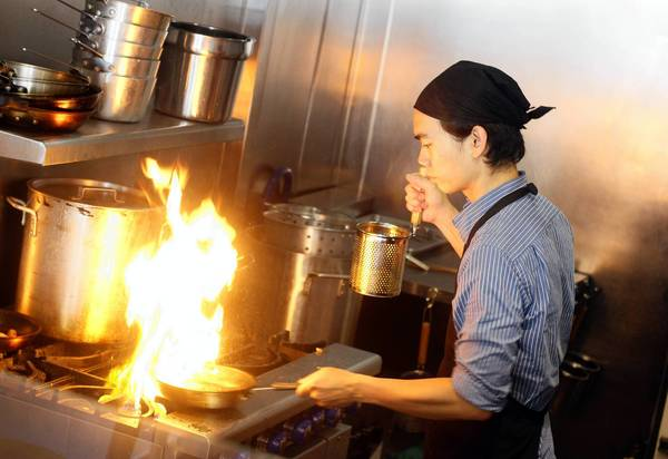 Prinya Siripaibul is co-owner of Chibiscus Asian Cafe & Restaurant in Hollywood. Siripaibul was besieged with calls from companies that promised to make his restaurant stand out on Yelp, Google and other websites.