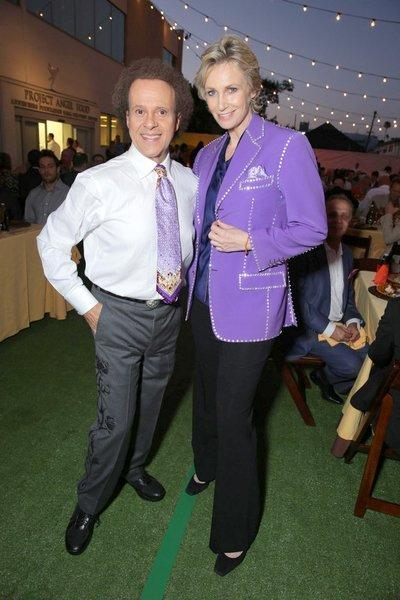 "Fitness guru Richard Simmons lends ""Glee"" star Jane Lynch his jacket at Project Angel Food's Angels Awards Gala on Saturday."