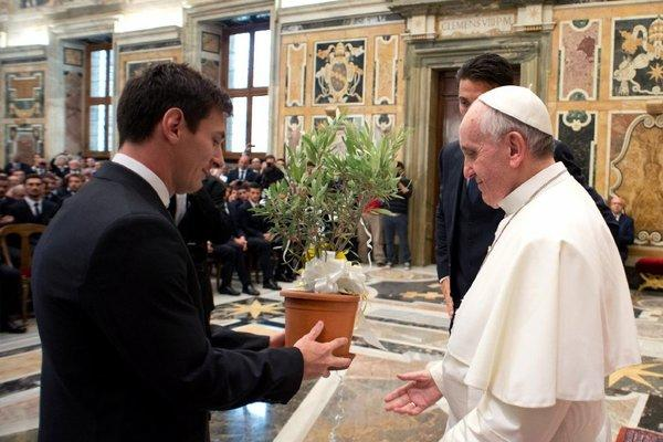 Soccer star Lionel Messi presents and olive tree to Pope Francis.