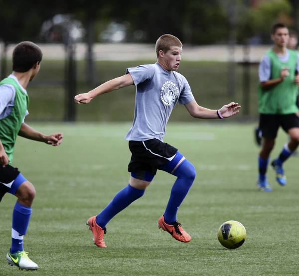 Chris Mueller, center, of the U.S. Soccer Development Academy team called Sockers FC, advances the ball during a practice in Schaumburg.