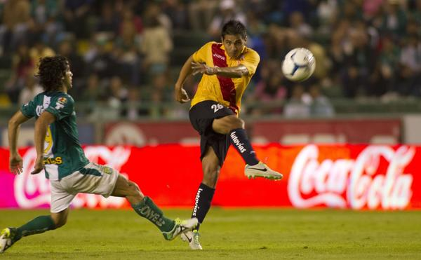 Leon's Matias Britos (L) vies for the ball with Morelia's Christian Valdez (R) during their Apertura 2013 Mexican tournament football match in Leon, Guanajuato state on August 10, 2013. AFP PHOTO/ Leopoldo SMITHLEOPOLDO SMITH/AFP/Getty Images ORG XMIT: FBL-MEXIC