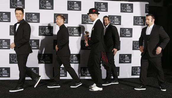 Justin Timberlake leaves the stage with his Michael Jackson Video Vanguard Award, with his old band 'N Sync during the 2013 MTV Video Music Awards in New York. (L-R)JC Chasez, Lance Bass, Timberlake, Joey Fatone and Chris Kirkpatrick.