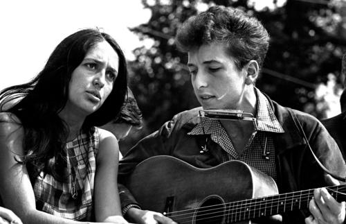 "Folk singers Joan Baez and Bob Dylan teamed up to perform ""When the Ship Comes In"" for the March on Washington."