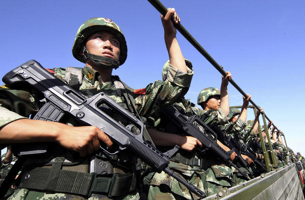 Chinese paramilitary police take part in an anti-terrorism exercise in northwest China's Xinjiang region on July 2, 2013.