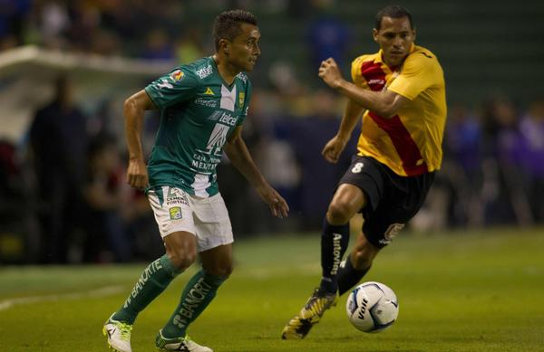 Leon's Edwin Hernandez (L) vies for the ball with Morelia's Aldo Leao Ramirez (R) during their Apertura 2013 Mexican tournament football match in Leon, Guanajuato state on August 10, 2013.