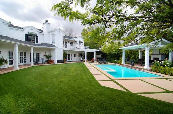 "Peter Facinelli, who plays doctors in the ""Twilight"" films and the ""Nurse Jackie"" television series, and his ex-wife, actress Jennie Garth, have sold their home in Toluca Lake for $3.99 million. The buyer is ""The Big Bang Theory"" co-creator Bill Prady."