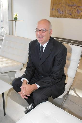 Dennis Szakacs is leaving the Orange County Museum of Art after 10 years as director and chief executive.