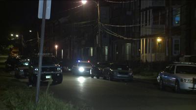 Un hombre que haba sido secuestrado en Hartford como a las 2pm del jueves fue encontrado a la orilla de la carretera cerca del Ro Connecticut en Portland una hora ms tarde con una herida de bala en la cabeza, inform la polica.