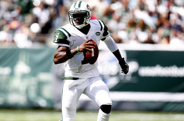 Jets quarterback Geno Smith scrambles during a play against the Buccaneers on Sunday in Tampa Bay.