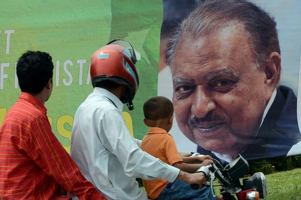 Commuters in Islamabad pass a banner congratulating Pakistan's new president, Mamnoon Hussain, who was sworn in Monday.