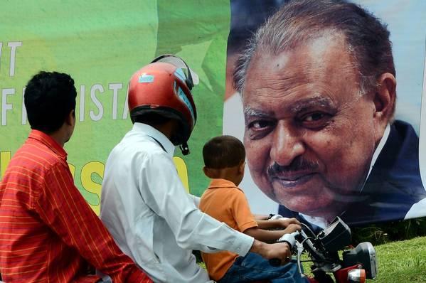 Motorists pass a banner congratulating new President Mamnoon Hussain in Islamabad, Pakistan's capital.