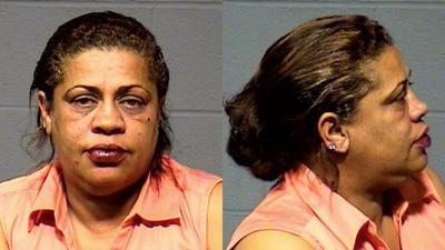 Rhonda Moniz-Carroll fue arrestada y acusada de conducir bajo la influencia y por no conducir en el carril adecuado.