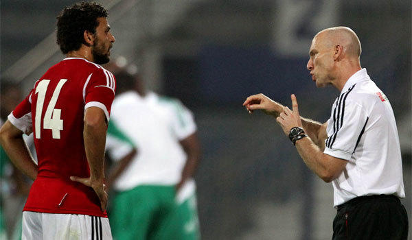 Egypt Coach Bob Bradley speaks to midfielder Hussam Ghali during a friendly match against Nigeria in April 2012.