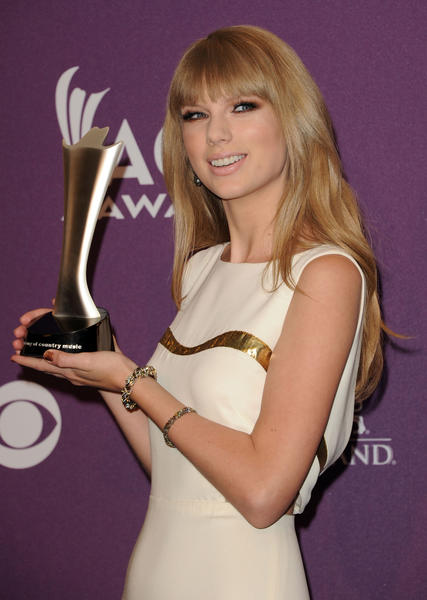 LAS VEGAS, NV - APRIL 01: Singer Taylor Swift poses in the press room with her Entertainer of the Year award at the 47th Annual Academy Of Country Music Awards held at the MGM Grand Garden Arena on April 1, 2012 in Las Vegas, Nevada. (Photo by Jason Merritt/Getty Images)