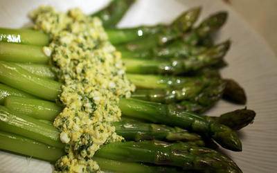 Asparagus in sauce mimosa