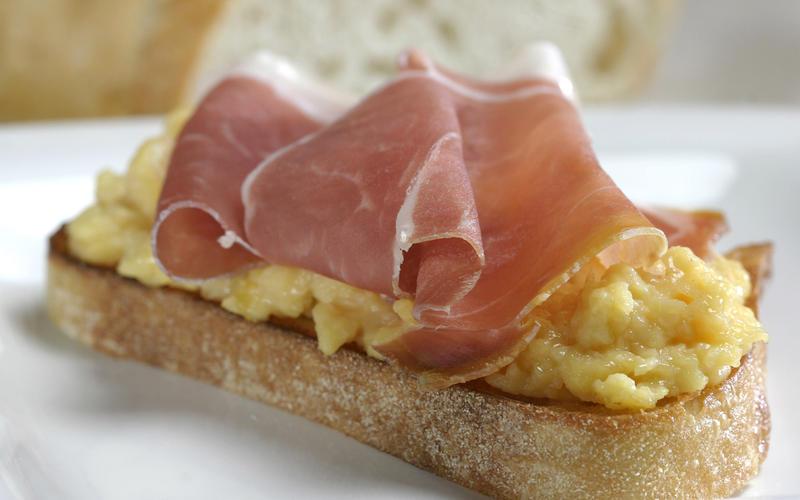 Slow-scrambled eggs with prosciutto