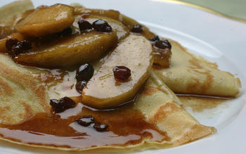 Caramelized apples with cinnamon crepes