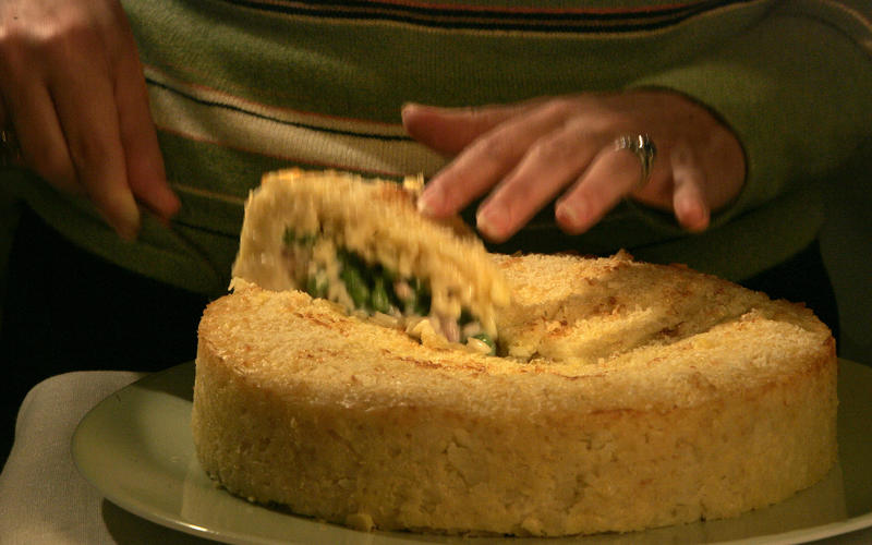 Rice timballo with prosciutto and peas