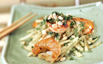 Green papaya salad with shrimp (Goi du du)