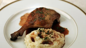 Barbecue-braised duck legs with garlic grits