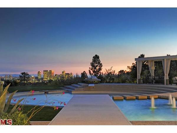 The Modern-style house listed by Courteney Cox and David Arquette sits on less than an acre with a swimming pool and city views.