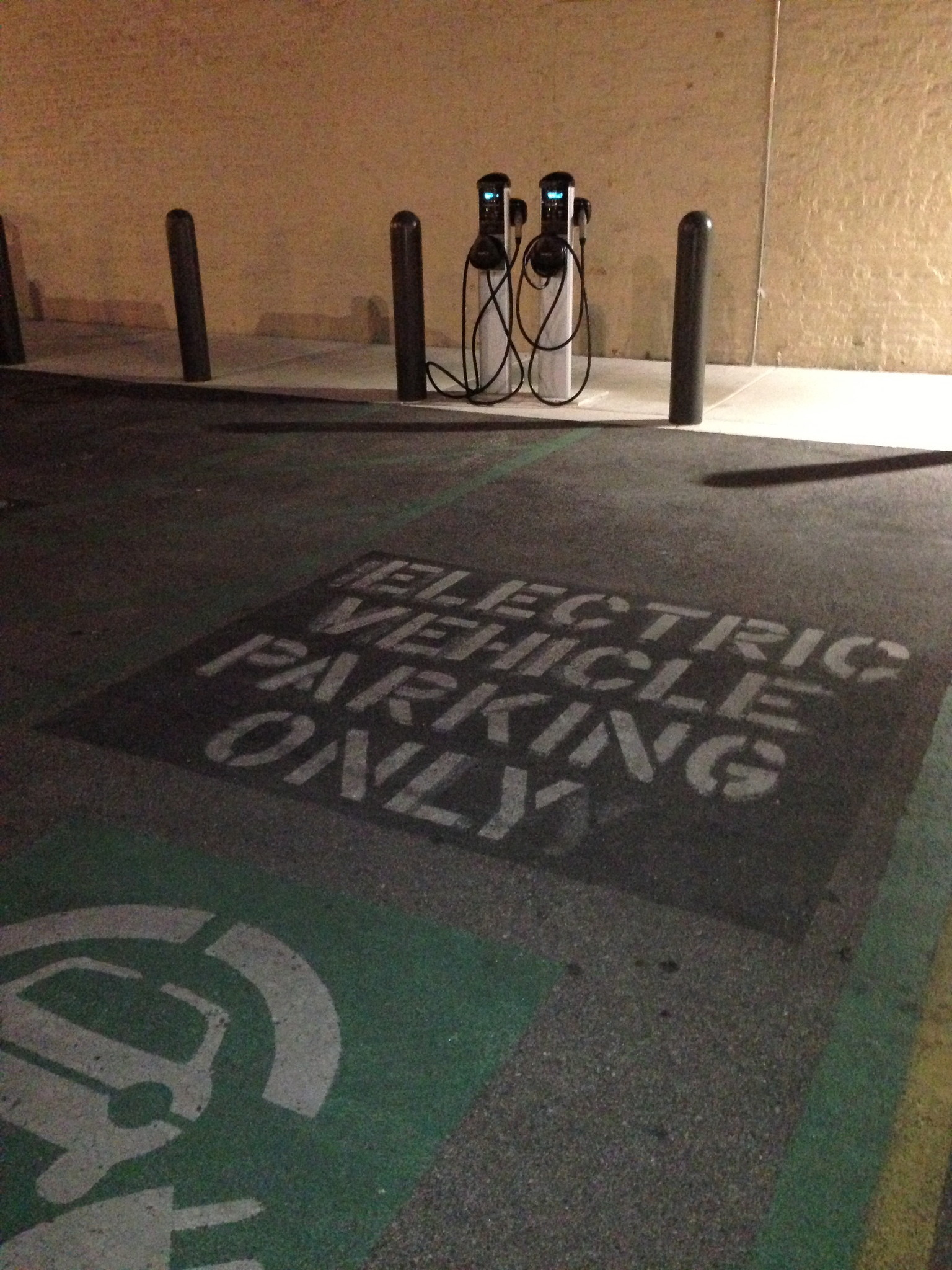 The Walgreens in Andersonville (5440 N. Clark) in Chicago hosts Level 2 charging for electric vehicles.