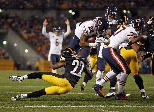 Matt Forte scores on a 1st-quarter touchdown run.