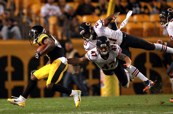 Chris Conte and Major Wright team up to stop the Steelers' Antonio Brown in the 4th quarter.