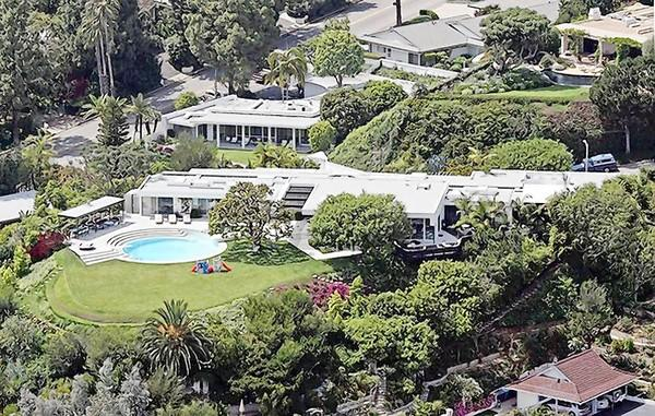 Courteney Cox and her ex-husband, David Arquette, have put their Beverly Hills home in the Multiple Listing Service at $19.5 million.