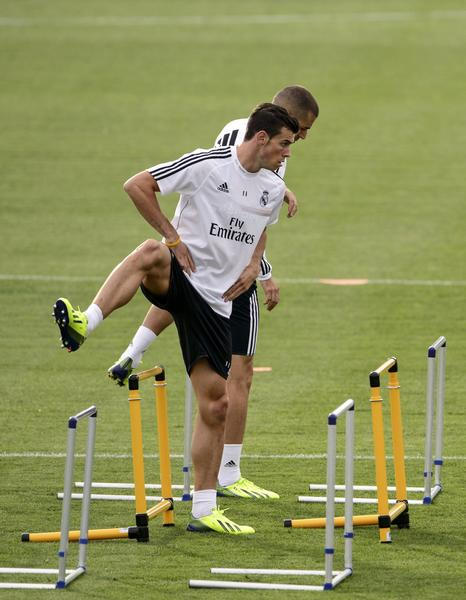 Real Madrid's Welsh forward Gareth Bale (L) and Real Madrid's French forward Karim Benzema take part in a training session at the Valdebebas training ground in Madrid on September 27, 2013.