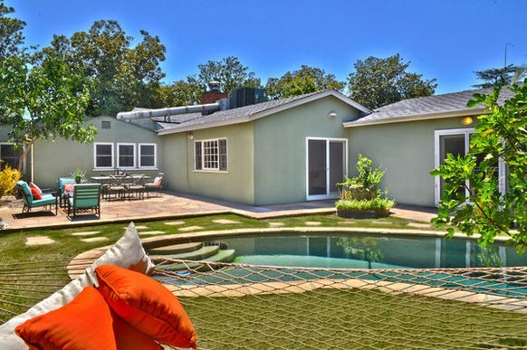 The more than 3,000-square-foot house that James Van Der Beek is trying to sell has a swimming pool.