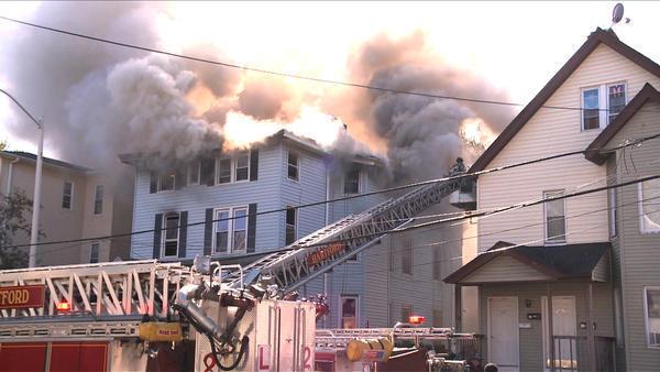 Fuego en un edificio vacante de la Calle Jefferson en Hartford el martes por la maana.
