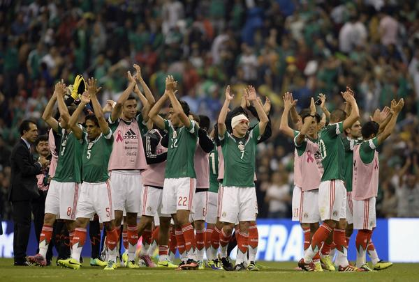 Mexico's players acknowledge the crowd after defeating Panama 2-1.
