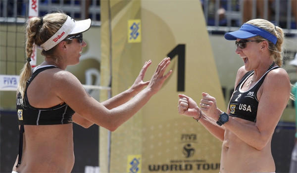 April Ross, left, and Kerri Walsh Jennings defeated Annett Davis and Morgan Miller, 19-21, 21-19, 15-13, to advance to the semifinals of the AVP Championships beach volleyball tournament in Huntington Beach on Saturday.