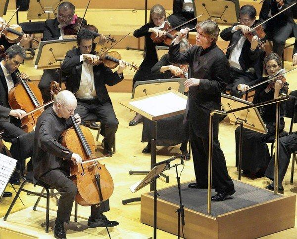 Esa-Pekka Salonen conducts the Los Angeles Philharmonic with cellist Anssi Karttunen in the world premiere of Magnus Lindberg's Cello Concerto No. 2 at Walt Disney Concert Hall on Oct. 19, 2013.