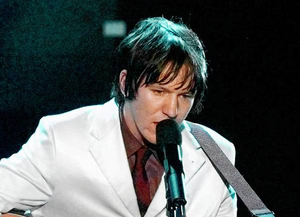 Singer-songwriter Elliott Smith performs at the Academy Awards ceremony on March 23, 1998.