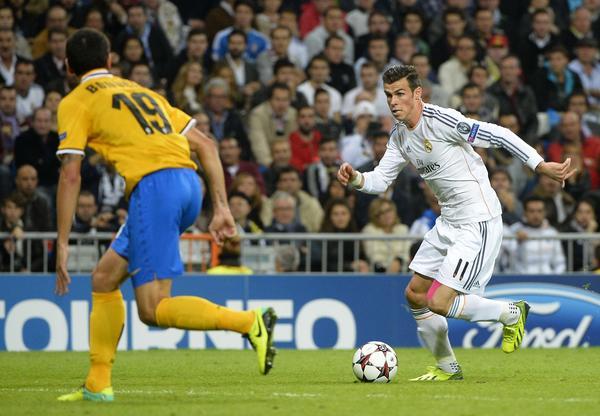 Real Madrid's Welsh striker Gareth Bale (R) vies with Juventus' defender Leonardo Bonucci (L) during the UEFA Champions League Group B football match Real Madrid CF vs Juventus at the Santiago Bernabeu stadium in Madrid on October 23, 2013.