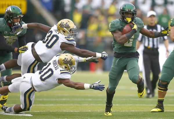Oregon running back Byron Marshall breaks past UCLA defenders for a touchdown during the first half at Autzen Stadium.