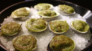 Broiled clams with herbed butter