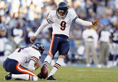 Kicker Robbie Gould kicks a first half field goal.