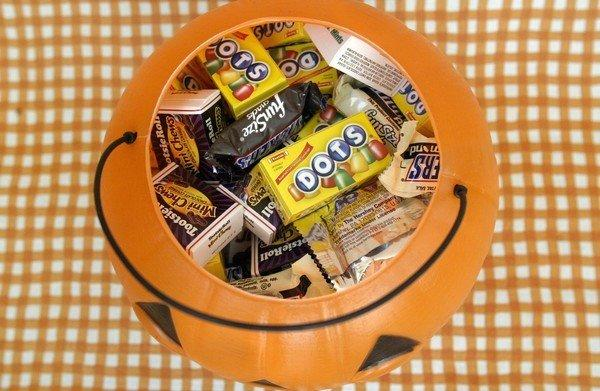 Nancy Levitt in the Beverly Hills area used her trick-or-treat candy to conduct a Halloween experiment.