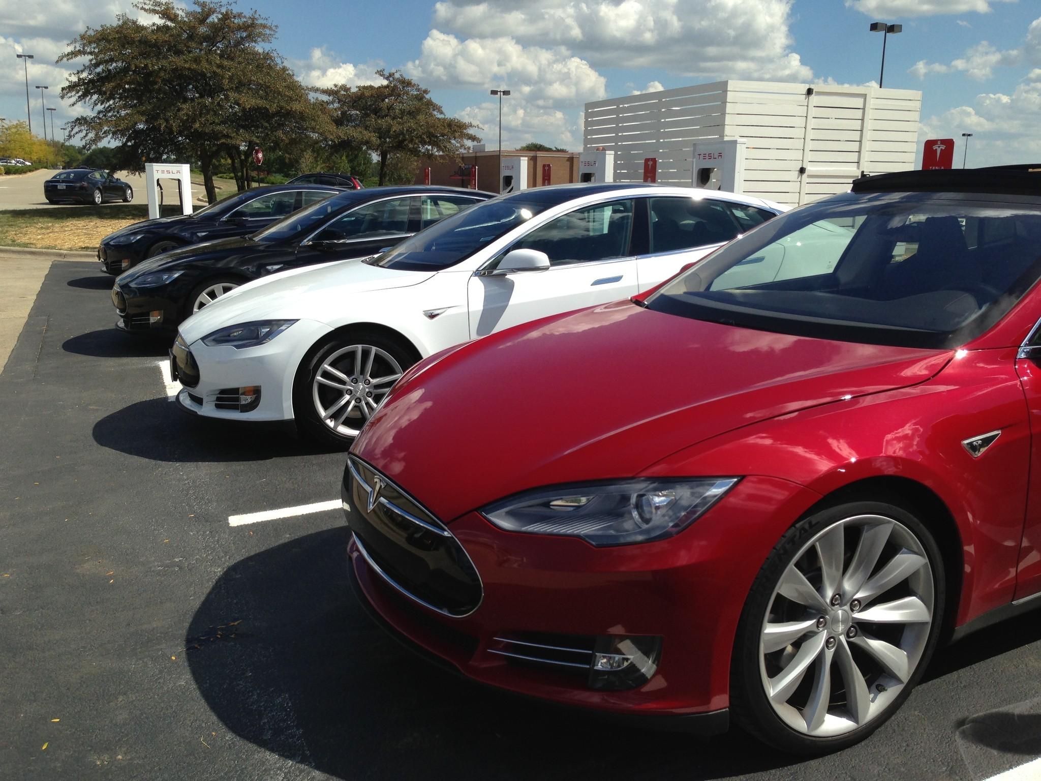 Tesla Motors posts 1st-quarter loss; Model X delayed until next year
