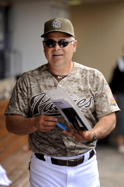 Rick Renteria heads to the clubhouse after a 2012 game.