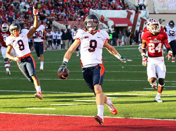 Illini wide receiver Steve Hull scores a touchdown during the second quarter against Indiana.