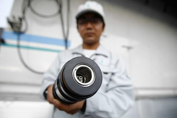 Toyota demonstrates support system for hydrogen fuel cell cars.