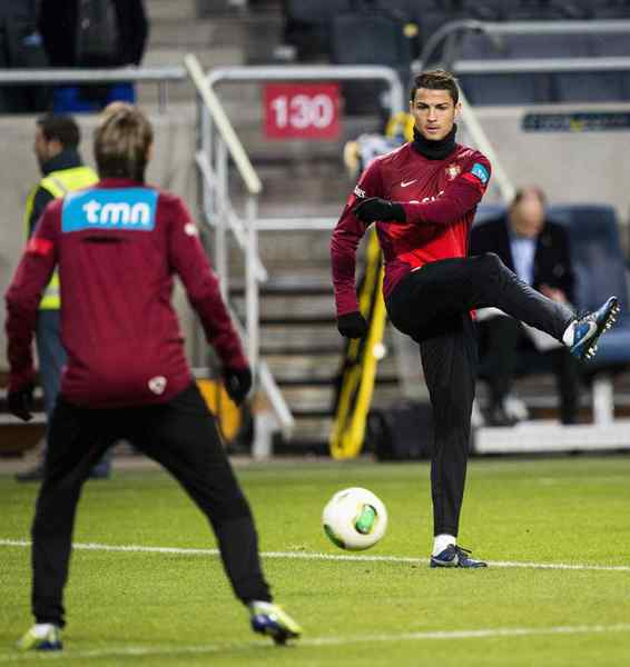 Portugal's forward Cristiano Ronaldo (R) takes part in a training session at the Friends Arena in Stockholm November 18, 2013. Portugal will play Sweden in their 2014 World Cup playoff soccer match on Tuesday.