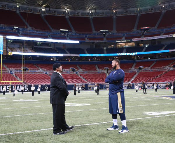 Roberto Garza and the Rams' Chris Williams talk before Sunday's game.
